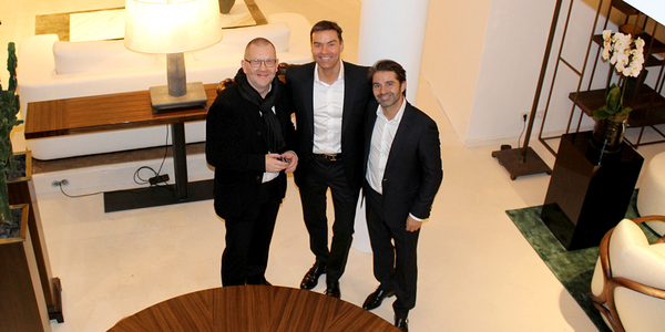 Viel los war, als der Hamburger Premium-Einrichter Ulrich Stein (l.) und der aus Mailand angereiste Designer Davide Sozzi (r.) von Promemoria, den neu gestalteten Showroom am Ballindamm 7 offiziell eröffneten.