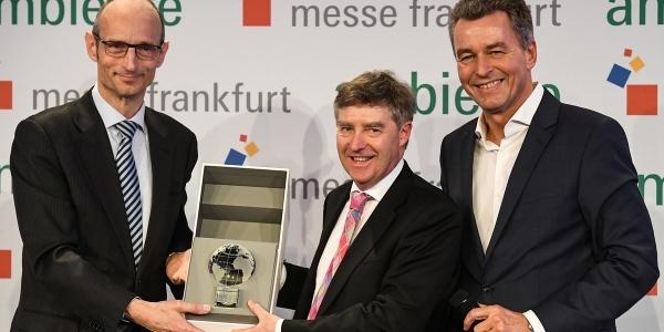 Antonius Lansink, Generalkonsul der Niederlande nimmt den Partnerland-Globus von Großbritanniens Botschaftsrat Tony Sims OBE und Detlef Braun, Geschäftsführer Messe Frankfurt entgegen (v.l.). Foto: Messe Frankfurt.