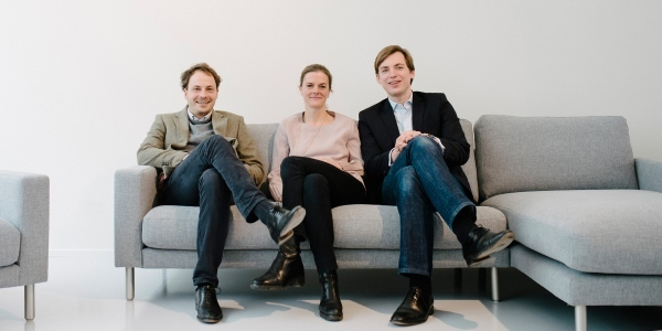 Die drei Sitzfeldt-Gründer Clemens und Anna Deyerling sowie Julius Martini haben in Stuttgart Showroom Nr. 6 eröffnet.