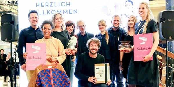 Die Jurymitglieder und die Gewinner des Blickfang Designpreises: Ausgezeichnet wurde die Modedesignerin Buki Akomolafe und das Studio Ontwerpduo. Über Special-Mention freuten sich Hannah Zenger und das spanische Label Closca.