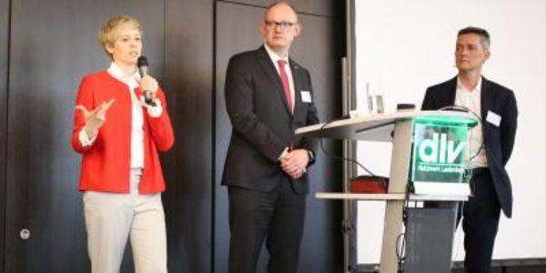Gemeinsam mit Dr. Steffi Burkhart (links) und Prof. Tim Weitzel (rechts) diskutierten die Teilnehmer unter Moderation von Carsten Schemberg die Arbeitswelt von heute und morgen.