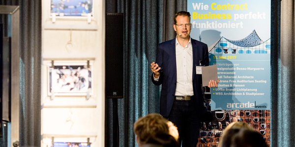 """Florian Kienast von Formwaende spricht beim 1. arcade-Event in der HafenCity über die Gestaltung des """"Störtebeker"""" in der Elbphilharmonie"""
