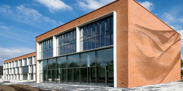 Einen Neubau mit außergewöhnlicher Erscheinung bezieht der Textil- und Bekleidungsverband Nordwest in Münster. Die textile Anmutung der Fassade des neuen Verbandssitzes wird durch die Anordnung der Ziegelsteine erzeugt. Foto: Thomas Wrede