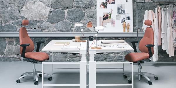 Der 'RH Mereo' lässt sich ganz einfach einstellen. Die integrierte '2PP'-Technik fördert das aktive Sitzen. Und das mit nur wenigen Handgriffen. Foto: Scandinavian Business Seating