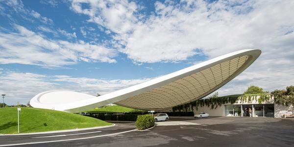 Von Graft gestaltet: Dach und Service Pavillon in der Wolfsburger VW-Stadt: Foto: Tobias Hein